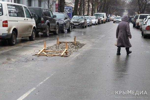 ФОТОФАКТ: Дыру в асфальте на ул. Горького засыпали камнями (фото) - фото 5