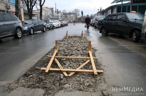 ФОТОФАКТ: Дыру в асфальте на ул. Горького засыпали камнями (фото) - фото 4