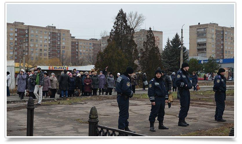В Краматорске пикетируют военкомат противники мобилизации (фото) - фото 6