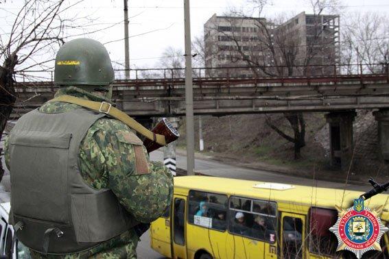В Мариуполе правоохранители выявляют тех, кто фотографирует мосты (фото) - фото 1
