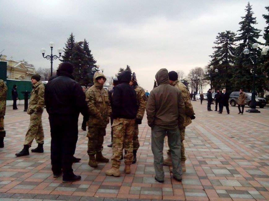 В Киеве представители батальонов пикетируют Раду и АП и требуют введения военного положения (ФОТО) (фото) - фото 1