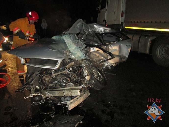 Под Витебском Audi оказалась на встречной и попала под фуру (фото) - фото 1