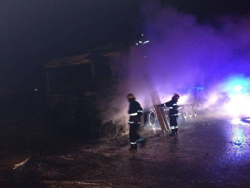 Львівські рятувальники встановлюють причини пожежі у вантажівці, яка горіла поблизу заправки (ФОТОРЕПОРТАЖ), фото-2