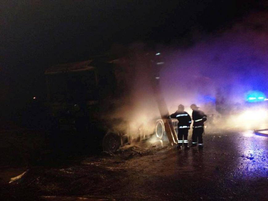 Львівські рятувальники встановлюють причини пожежі у вантажівці, яка горіла поблизу заправки (ФОТОРЕПОРТАЖ), фото-1