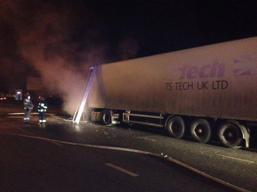 Львівські рятувальники встановлюють причини пожежі у вантажівці, яка горіла поблизу заправки (ФОТОРЕПОРТАЖ), фото-4
