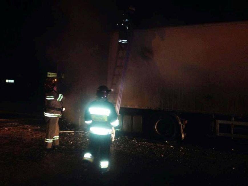 Львівські рятувальники встановлюють причини пожежі у вантажівці, яка горіла поблизу заправки (ФОТОРЕПОРТАЖ), фото-3