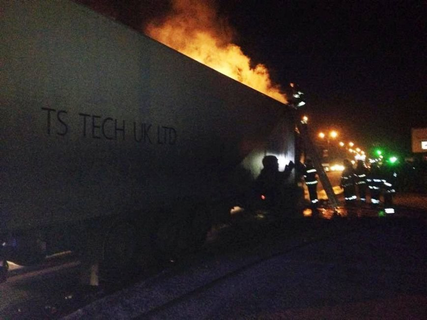 Львівські рятувальники встановлюють причини пожежі у вантажівці, яка горіла поблизу заправки (ФОТОРЕПОРТАЖ), фото-5