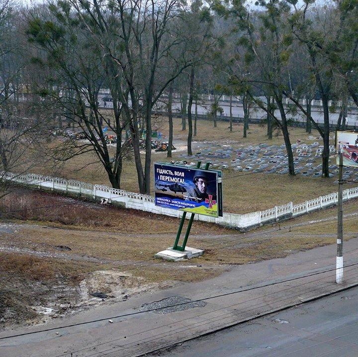 У Житомирі біля війського кладовища повісили біл-борд із закликом до мобілізації, фото-1