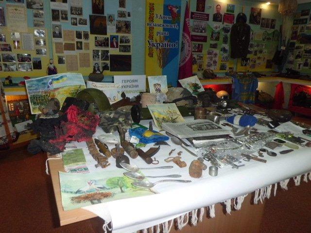 В школах Днепропетровщины ученики создали уже около сотни уголков славы воинов АТО (фото) - фото 1