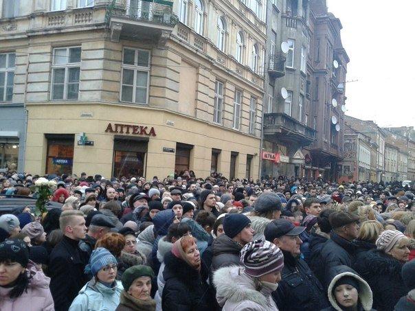 Львів'ян не пускають до церкви, де рідні прощаються з Кузьмою (ФОТО) (фото) - фото 1
