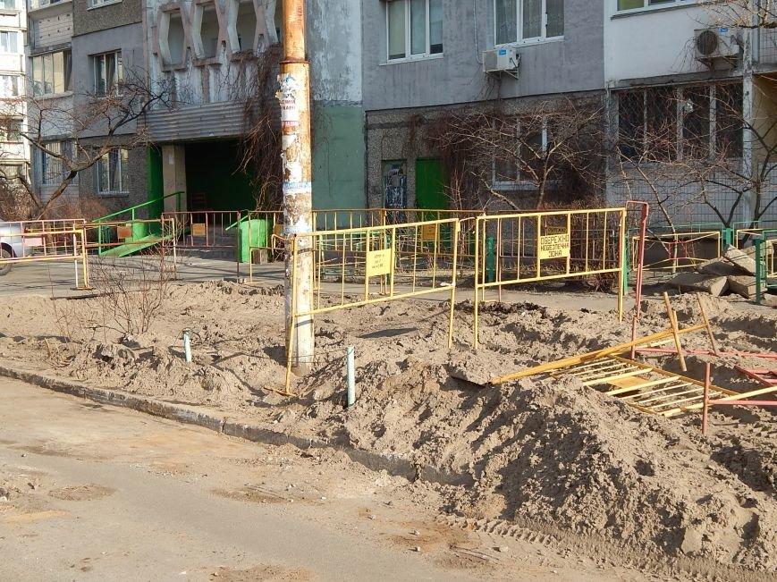 Столичные коммунальщики дерево сохранили, но посадить забыли (ФОТОФАКТ) (фото) - фото 1