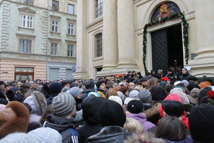 Сльози та музика: тисячі львів'яни прощаються із легендарним Кузьмою Скрябіним (ФОТОРЕПОРТАЖ), фото-15