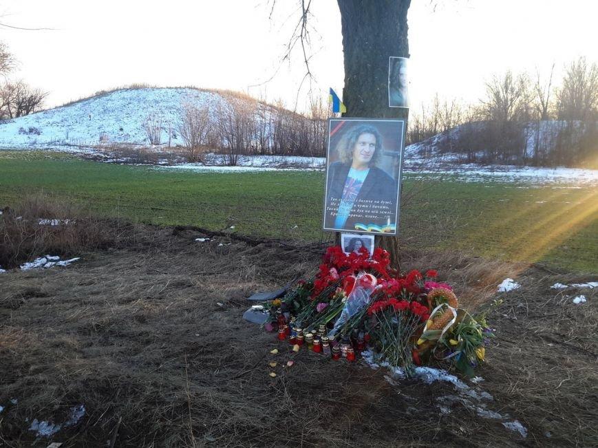 ФОТОФАКТ: на місці аварії, де загинув Кузьма люди встановили його портрет і принесли квіти (фото) - фото 1