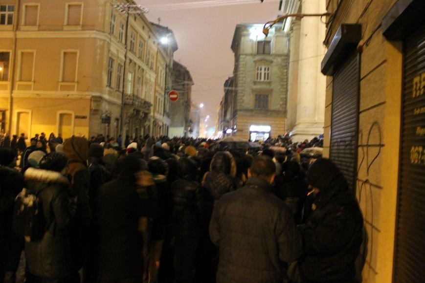 Львів'яни вночі стоять у кілометровій черзі, аби попрощатись із Кузьмою Скрябіним (ВІДЕО+ФОТО), фото-3