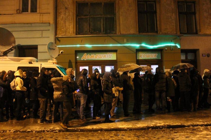 Львів'яни вночі стоять у кілометровій черзі, аби попрощатись із Кузьмою Скрябіним (ВІДЕО+ФОТО), фото-5