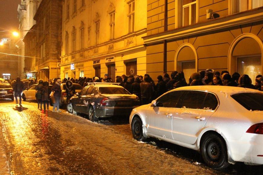Львів'яни вночі стоять у кілометровій черзі, аби попрощатись із Кузьмою Скрябіним (ВІДЕО+ФОТО), фото-1