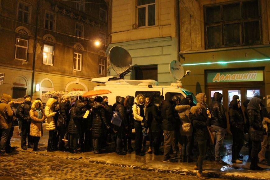 Львів'яни вночі стоять у кілометровій черзі, аби попрощатись із Кузьмою Скрябіним (ВІДЕО+ФОТО), фото-2
