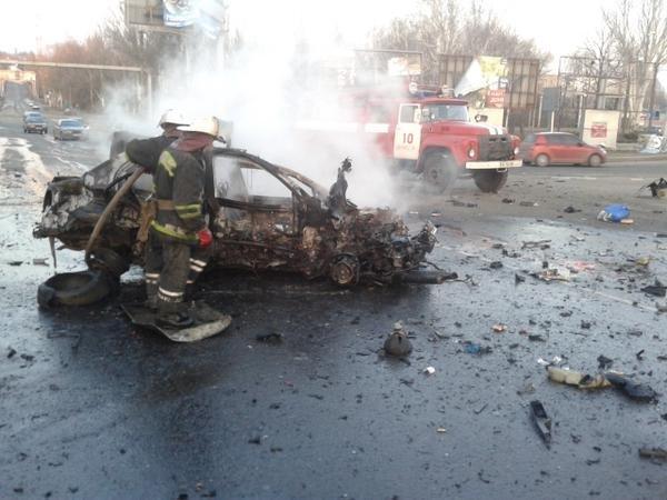 В Донецке снаряд поджег автомобиль на Мариупольской развилке - погибли два человека (ФОТО, ВИДЕО) (фото) - фото 1