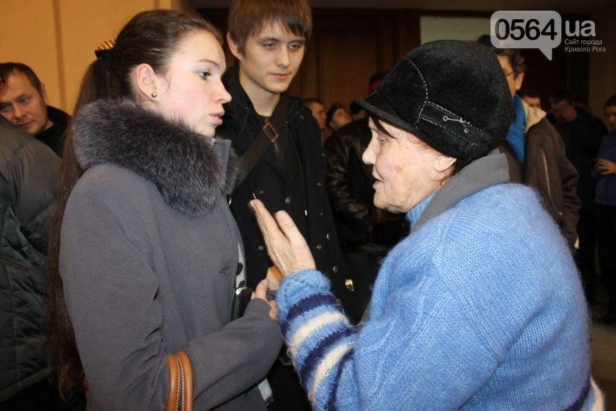 В Кривом Роге: «заминировали» УВД, выписали повестки заместителю мэра и организатору акции протеста, активисты сели за стол переговоров (фото) - фото 5