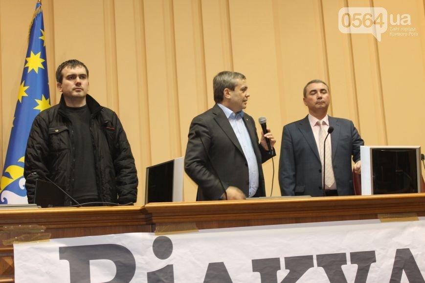 В Кривом Роге: «заминировали» УВД, выписали повестки заместителю мэра и организатору акции протеста, активисты сели за стол переговоров (фото) - фото 6