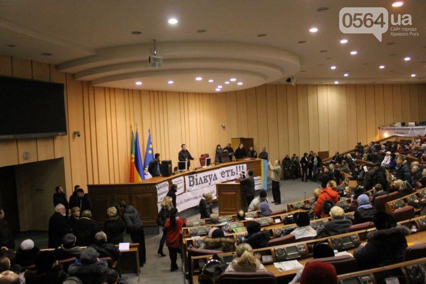 В Кривом Роге: «заминировали» УВД, выписали повестки заместителю мэра и организатору акции протеста, активисты сели за стол переговоров (фото) - фото 4