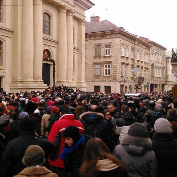 У Львові попрощатися з Кузьмою прийшло більше тисячі людей (ФОТО) (фото) - фото 2