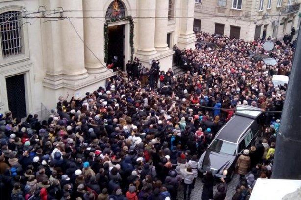 У Львові попрощатися з Кузьмою прийшло більше тисячі людей (ФОТО) (фото) - фото 1