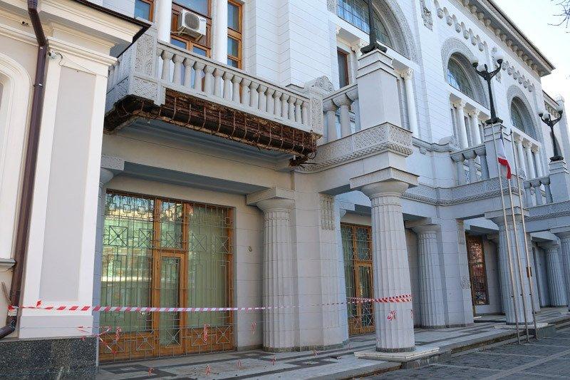 ФОТОФАКТ: В Симферополе разваливается опустевшее здание Нацбанка Украины (фото) - фото 1