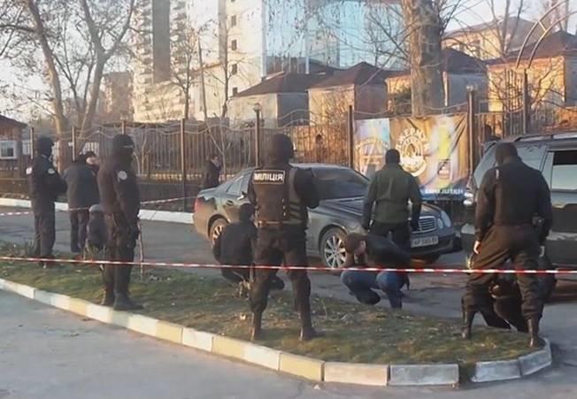 У запорожского ресторана милиция повязала 7 вооруженных криминальных авторитетов (ФОТО) (фото) - фото 1