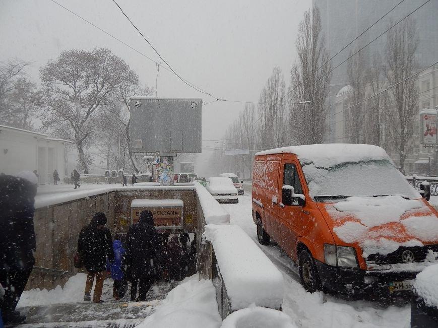 Снежный коллапс в столице (ФОТОРЕПОРТАЖ) (фото) - фото 1