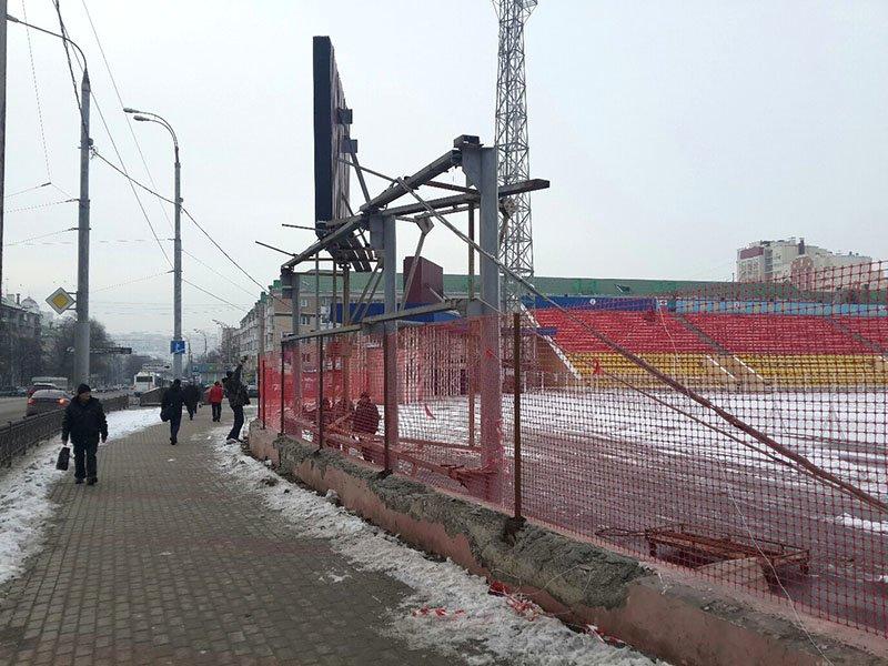 Владелец рекламных конструкций стадиона «Салют» демонтировал их вместе с забором (фото) - фото 1