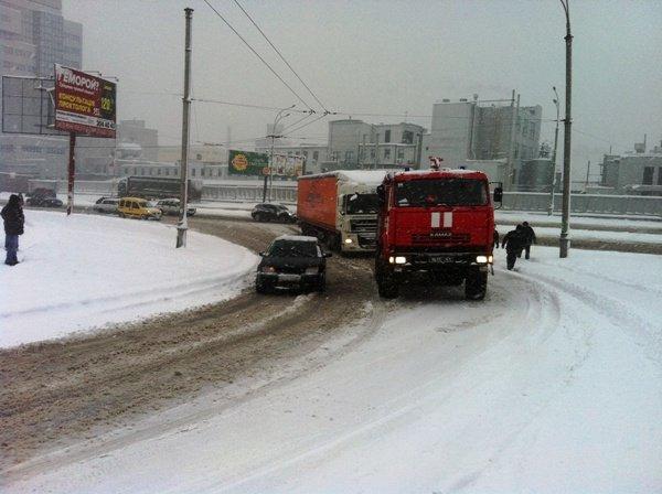 В Киеве фуры застряли в снегу (ФОТО, ВИДЕО) (фото) - фото 1