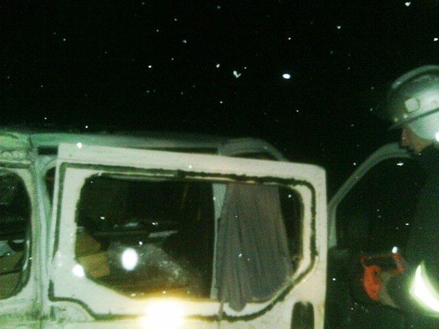 Під Червоноармійськом рятувальники діставали водія з понівеченого мікроавтобуса (фото) - фото 1