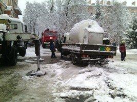 В Киеве грузовик, перевозивший сжатый кислород, провалился в яму (ФОТО) (фото) - фото 1