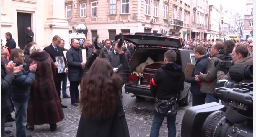 У Львові під оплески тисячі шанувальників попрощались із Кузьмою Скрябіним (фото) - фото 3