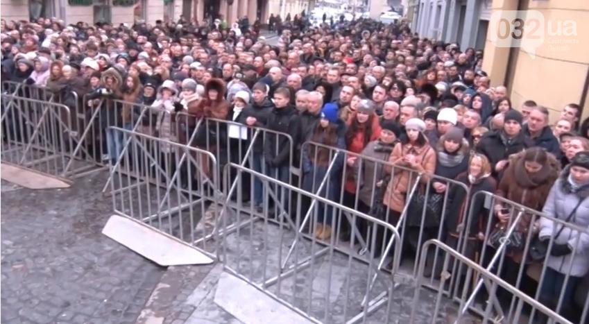 У Львові під оплески тисячі шанувальників попрощались із Кузьмою Скрябіним (фото) - фото 2