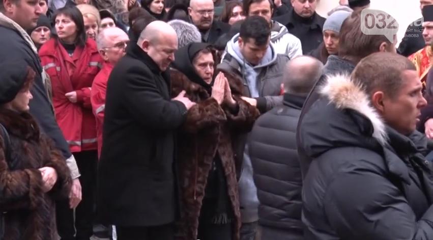 У Львові під оплески тисячі шанувальників попрощались із Кузьмою Скрябіним (фото) - фото 1