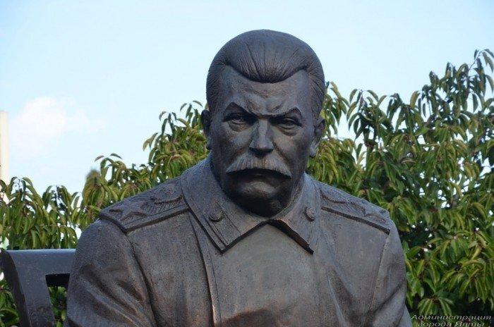 v-livadiiskom-dvortse-otkryli-pamyatnik-stalinu-ruzveltu-i-cherchilju-30696-22