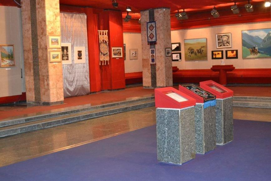 В Днепродзержинске открылась выставка, посвященная киргизскому писателю Чингизу Айтматову (фото) - фото 1