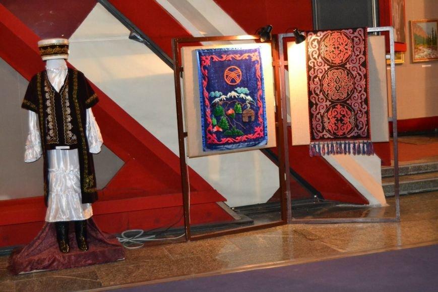 В Днепродзержинске открылась выставка, посвященная киргизскому писателю Чингизу Айтматову (фото) - фото 2