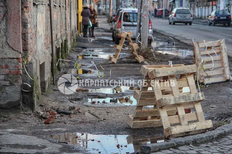 В Ужгороді знов небезпечно ходити попід балкони (ФОТОФАКТ) (фото) - фото 1