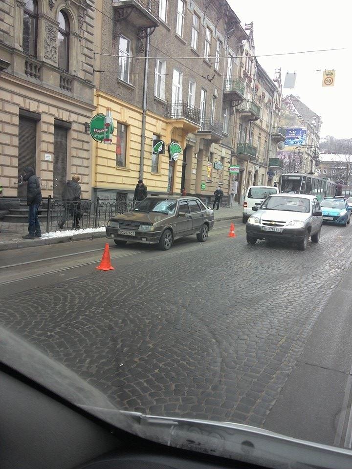 ФОТОФАКТ: у центрі Львова автомобіль збив пішохода, фото-1