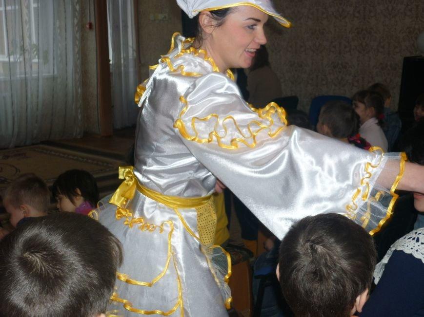 В Доброполье детям приюта показали сказку (фото) - фото 1