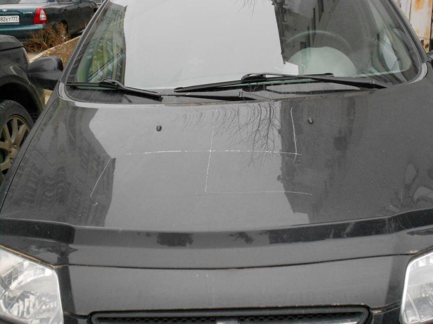 В Ялте ряд машин подверглись хулиганскому нападению (фото) - фото 1