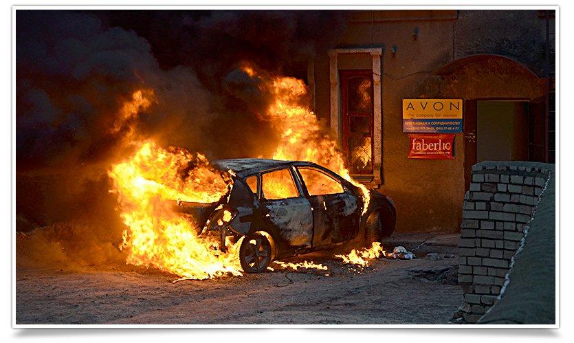 В Славянске, в одном из дворов горел автомобиль (фоторепортаж) (фото) - фото 1