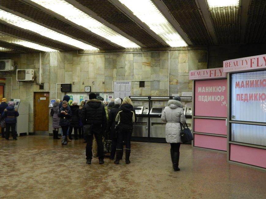 Киевляне выстроились в очереди за жетонами метро (ФОТОФАКТ) (фото) - фото 1