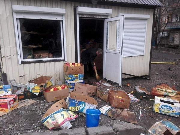 В Донецке в результате артобстрела погиб один человек, разрушены десятки домов (ФОТО, ВИДЕО) (фото) - фото 2