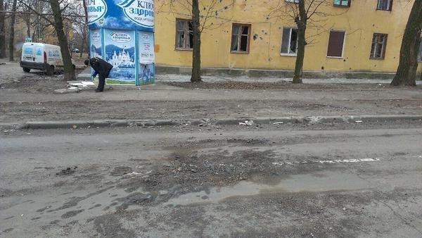 В Донецке в результате артобстрела погиб один человек, разрушены десятки домов (ФОТО, ВИДЕО) (фото) - фото 1