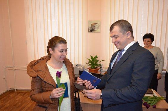 Первые десять харьковчан получили биометрические паспорта (фото) - фото 1