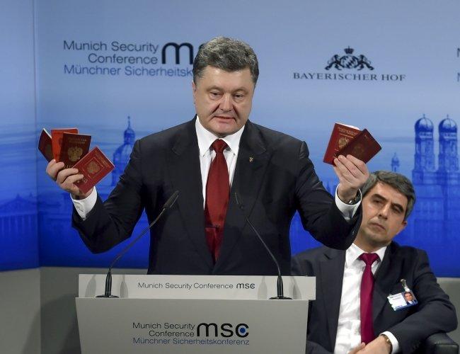 ФОТОФАКТ: Порошенко показав у  Мюнхені паспорти російських військових (фото) - фото 1